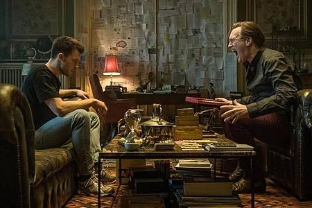 Niko (Jannis Niewöhner, l) sitzt mit dem mysteriösen Apotheker (Nicholas Ofczarek) zusammen. Foto: Gordon Timpen/Warner Bros./dpa