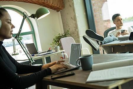 Der Blick geht ins Grüne: Mittlerweile gibt es vermehrt Konzepte, die Coworking in ländlichen Regionen vorantreiben sollen. Foto: Christin Klose/dpa-tmn