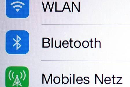 Musik hören über iPhone und Bluetooth-Lautsprecher: In den Bluetooth-Einstellungen lässt sich der Gerätetyp frei definieren. Wird dort Lautsprecher oder Autostereo ausgewählt, lässt sich die Musik lauter aufdrehen. Foto: Arno Burgi/dpa-Zentralbild/dpa