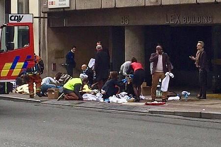 Rettungskräfte helfen Menschen nach einer Explosion in der U-Bahn-Station Maelbeek in Brüssel. Foto: Francesco Calledda/EPA/dpa
