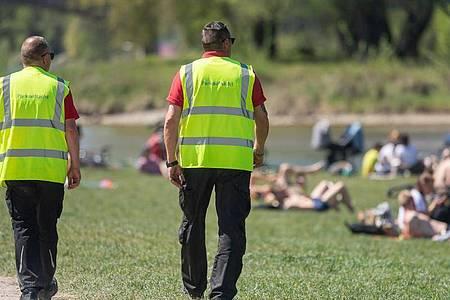 Wie hier am Ufer der Isar wird inMünchen an öffentlichenOrten die Einhaltung der Corona-Regeln kontrolliert. ImEnglischenGarten ist es dabei zu einer gewaltsamen Auseinandersetzung zwischen der Polizei und Feiernden gekommen. (Symbolbild). Foto: Peter Kneffel/dpa