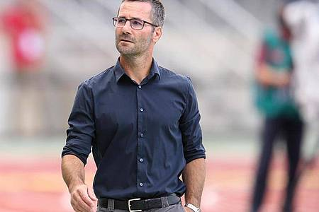 Nürnbergs Trainer Michael Wiesinger will mit seinem Team die Klasse halten. Foto: Daniel Karmann/dpa
