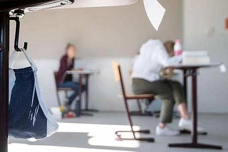 Viele Abiturienten machen sich Sorgen, wie es beruflich für sie weitergehen soll. Foto: Marijan Murat/Illustration/dpa