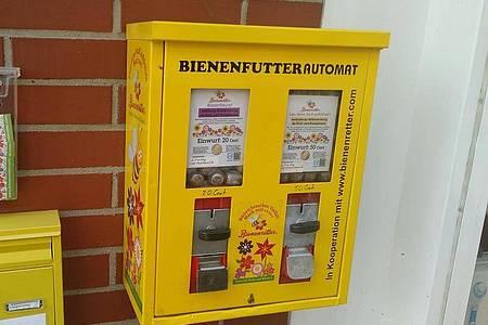 Futter für die Bienen aus umgebauten Kaugummiautomaten. Foto: Sebastian Everding/dpa