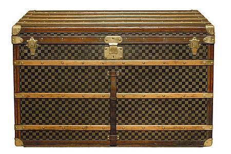 Eine 110 cm hohe Truhe (Koffer) mit kariertem Muster aus dem Jahre 1889. Das 1888 neu geschaffene, karierte Stoffmuster trägt die Handschrift des Hauses Louis Vuitton. Foto: Tous Droits/Louis Vuitton/dpa