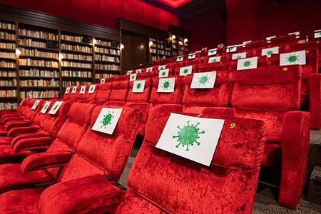 In wenig ausgelasteten Kinos und Museen ist die Gefahr, sich mit SARS-CoV-2 anzustecken, laut Forschern der TU Berlin vergleichsweise gering. Foto: Julian Stratenschulte/dpa
