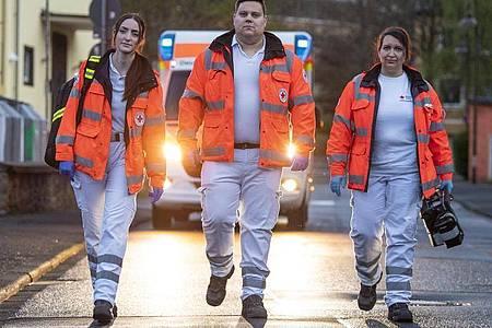 Jana Leonhardt (l-r), Hendrik Porcher und Kerstin Märker, Notfallsanitäter des Deutschen Roten Kreuzes (DRK), nach einem Einsatz. Foto: Boris Roessler/dpa