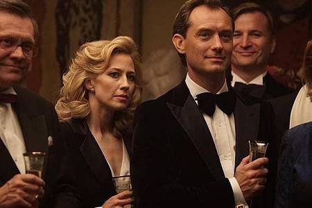 """Carrie Coon als Allison und Jude Law als ihr Ehemann Rory in einer Szene des Films """"The Nest - Alles zu haben ist nie genug"""". Foto: -/Ascot Elite Entertainment/dpa"""