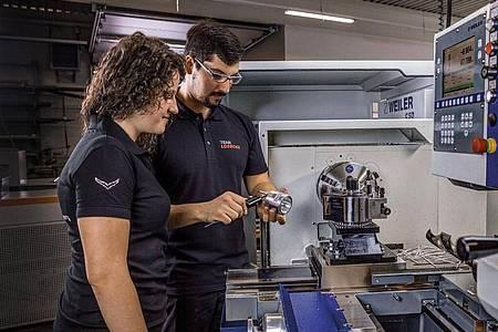 Unter Anleitung der Ausbilder lernen angehende Zerspanungsmechaniker bei der Firma Lüdecke den richtigen Umgang mit den CNC-Maschinen, um passgenaue Bauteile zu produzieren. Foto: Lüdecke GmbH/dpa-tmn