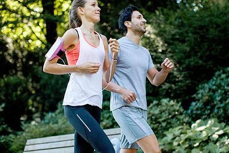 Regelmäßig an der frischen Luft joggen hält fit und beugt Erkältungen vor. Foto: Christin Klose/dpa-tmn