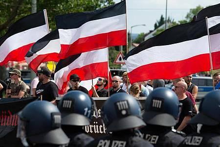 """Anhänger der rechtsextremen Kleinstpartei """"Die Rechte"""" während einer Demonstration in Kassel. Foto: Swen Pförtner/dpa"""