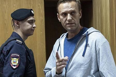 Alexej Nawalny, Oppositionsführer aus Russland, spricht in einem Gerichtssaal. Foto: Pavel Golovkin/AP/dpa