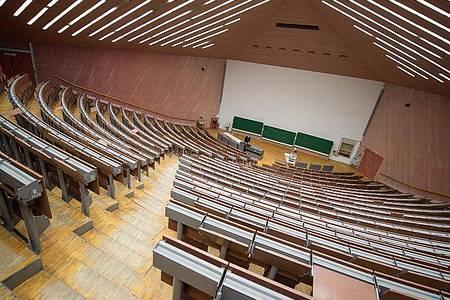 Die Universität Rostock und die Hochschule Neubrandenburg erhöhen die Zahl ihrer Studienplätze für künftige Berufsschullehrer. Foto: Sebastian Gollnow/dpa