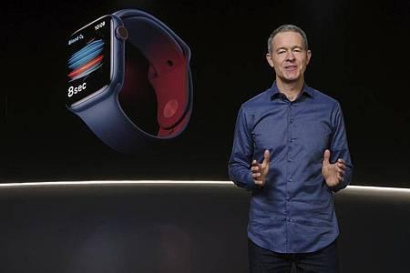 Jeff Williams, Chief Operating Officer von Apple, stellt die Apple Watch Series 6 vor. Foto: Apple/Apple via AP/dpa