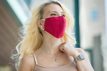 Make-up und Lippenstift sollen auch unter der Gesichtsmaske halten. Foto: Christin Klose/dpa-tmn