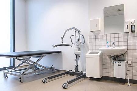 Nur wenige öffentliche Toiletten sind ausgestattet wie diese. Eine Teilhabe am Leben scheitert deswegen oft für viele Menschen mit Behinderung. Foto: Sebastian Gollnow/dpa