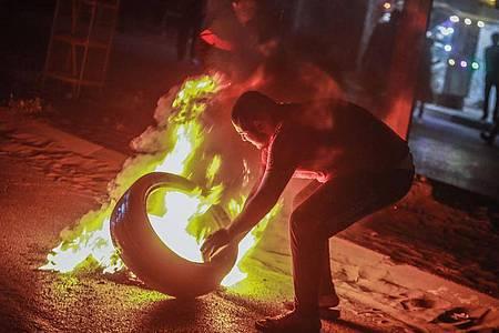 Als Zeichen der Solidarität mit den Protesten in Jerusalem verbrennen Demonstranten in Gaza-Stadt Reifen. Foto: Mohammed Talatene/dpa