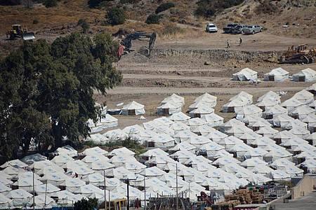 Neu aufgebaute Zelte für die Umsiedlung von Migranten und Flüchtlingen stehen im provisorischen Zeltlager Kara Tepe wenige Kilometer nördlich der Ortschaft Mytilini. Foto: Panagiotis Balaskas/XinHua/dpa