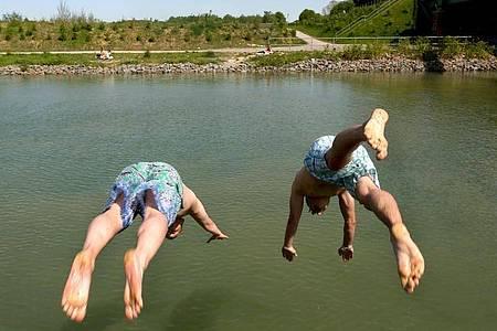 Solche Hechtsprünge sollte man nur machen, wenn man sich sicher ist: Das Wasser ist tief genug. Foto: Ina Fassbender/dpa/dpa-tmn