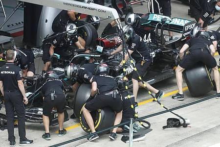 Die am härtesten arbeitenden Menschen in der Formel 1 sind die Monteuere und die Mechaniker. Foto: Darko Bandic/STF/AP/dpa