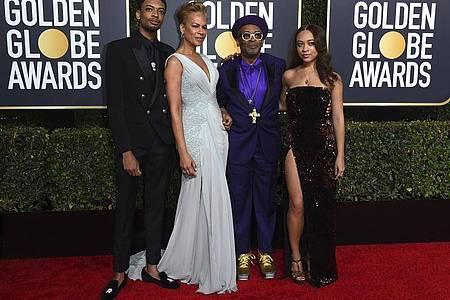 Regisseur Spike Lee (2.v.r) mit Sohn Jackson Lee, Ehefrau Tonya Lewis Lee und Tochter Satchel Lee bei der Golden Globe-Verleihung 2019. Foto: Jordan Strauss/Invision/AP/dpa