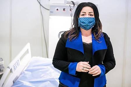 Dilek Kalayci besichtigt ein Corona-Behandlungszentrum inBerlin. Foto: Michael Kappeler/dpa