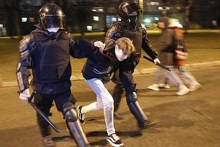 Die Polizei verhaftet in St.Petersburg einen Mann bei einer Demonstration zur Unterstützung des inhaftierten Oppositionsführers Nawalny. Foto: Dmitri Lovetsky/AP/dpa