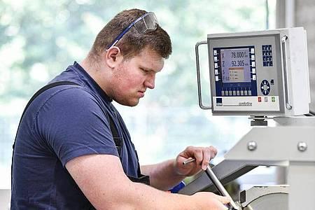 Auch der Umgang mit der Drehmaschine will gelernt sein:Robin Stenzel, angehende Fachkraft für Metalltechnik, lernt in seinem Beruf worauf es dabei ankommt. Foto: Kirsten Neumann/dpa-tmn
