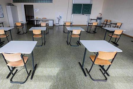 Stühle stehen in einem Klassenraum der Robert Bosch Gesamtschule Hildesheim, in dem ab dem 19. April Abiturprüfungen ablegt werden sollen. Foto: Julian Stratenschulte/dpa