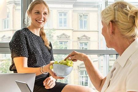 Eine Obst- und Gemüsebeauftragte kann sich im Betrieb um gesunde Snacks zum schnellen Zugreifen kümmern. Foto: Christin Klose/dpa-tmn