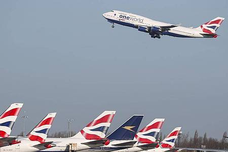 Seit Monaten sind Reisen ins Ausland für Britinnen und Briten nur in Ausnahmefällen erlaubt - etwa bei medizinischen Notfällen, Beerdigungen oder für die Arbeit. Foto: Steve Parsons/PA Wire/dpa