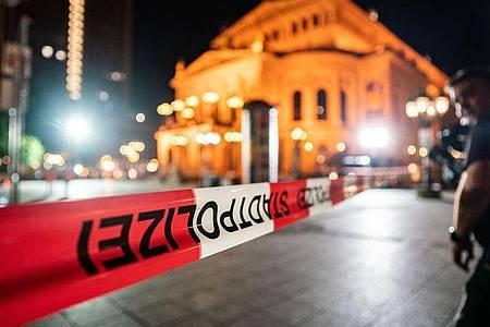 Mit Flatterband abgesperrt und menschenleer ist der Platz vor der Alten Oper. Foto: Frank Rumpenhorst/dpa