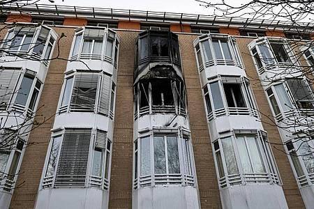 Schwarzer Ruß ist nach einem Zimmerbrand an der Hausfassade zu sehen. Ein Zimmer des Helios Klinikum Emil von Behring in Berlin-Zehlendorf ist über Nacht komplett ausgebrannt. Foto: Fabian Sommer/dpa