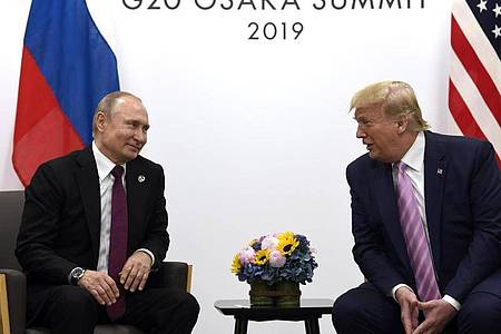 US-Präsident Donald Trump trifft Wladimir Putin, Präsident von Russland, 2019 während eines bilateralen Treffens am Rande des G-20-Gipfels in Osaka. Die USA und Russland beginnen mit den Gespräche zur atomaren Abrüstung. Foto: Susan Walsh/AP/dpa