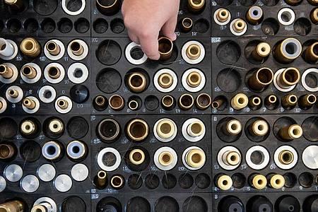 Bürsten- und Pinselmacher erlernen ein traditionelles Handwerk. Foto: Daniel Karmann/dpa-tmn