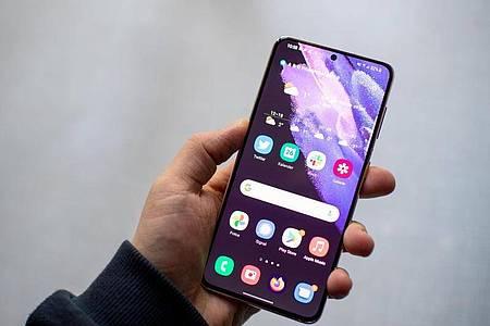 Großes Display, kleiner Rand, kleines Loch für die Kamera: Von vorne ähneln Samsungs Galaxy S21 vielen aktuellen Android-Smartphones. Foto: Zacharie Scheurer/dpa-tmn