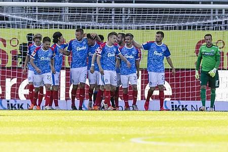 Holstein Kiel feierte einen Heimsieg gegen Bundesliga-Absteiger SC Paderborn. Foto: Frank Molter/dpa