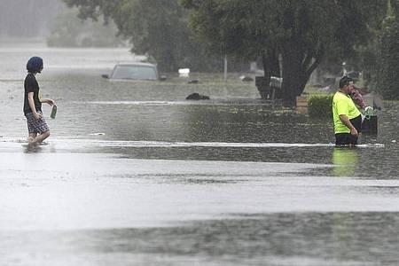 Überflutete Straßen in Windsor. Seit dem Wochenende wurden vor allem nördlich von Sydney Menschen in Sicherheit gebracht. Foto: Rick Rycroft/AP/dpa