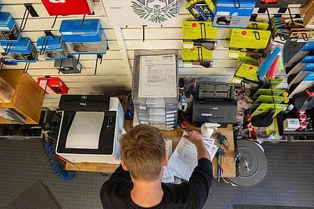 Zu seinen Aufgaben gehört auch viel Management: Der Zweiradmechatroniker Stefan Borschert geht in der Werkstatt von «Der Radladen» die Kundenaufträge durch. Foto: Nicolas Armer/dpa-tmn
