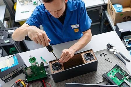 Kennt sich mit technischen Innenleben aus: Felix Hannemann, angehender Elektroniker für Geräte und Systeme, repariert ein Radio. Foto: Nicolas Armer/dpa-tmn