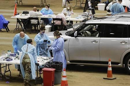 Corona-Test in einer provisorischen Drive-in-Station im US-Bundesstaat Tennessee. Foto: Mark Humphrey/AP/dpa