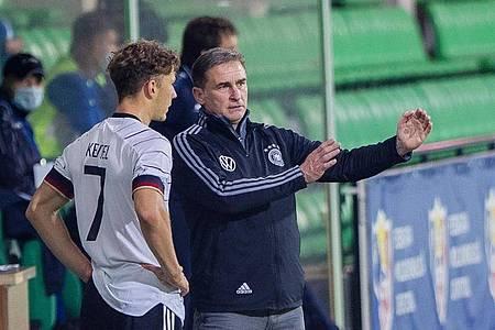 U21-Bundestrainer Stefan Kuntz (r) hat Personalsorgen. Foto: Str/dpa