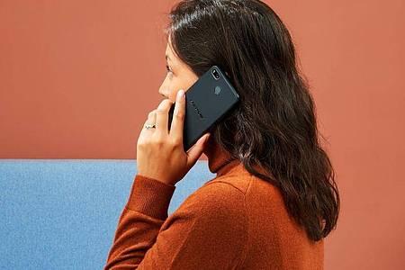 Telefonieren mit ruhigerem Gewissen: Fairphone verspricht, möglichst viele Bauteile umweltfreundlich und fair zu beschaffen - und faire Arbeitsbedingungen. Foto: Fairphone/dpa-tmn