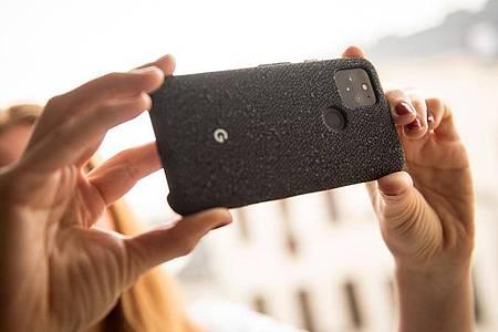 Wie schon beim Pixel 4 setzt Google auch beim Pixel 5 auf eine Kamera mit zwei Objektiven. Foto: Zacharie Scheurer/dpa-tmn