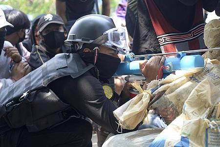 Ein Anti-Putsch-Demonstrant bereitet sich mit einem provisorischen Luftgewehr auf die Konfrontation mit der Polizei vor. Foto: -/AP/dpa