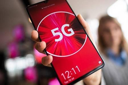 Jeder fünfte Verbraucher in Deutschland will in absehbarer Zeit die fünfte Mobilfunkgeneration (5G) nutzen. Foto: Federico Gambarini/dpa
