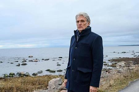 Kommissar Robert Anders (Walter Sittler) in einer Szene des TV-Krimis «Der Kommissar und das Meer - Aus glücklichen Tagen». Foto: Marion von der Mehden/ZDF/dpa