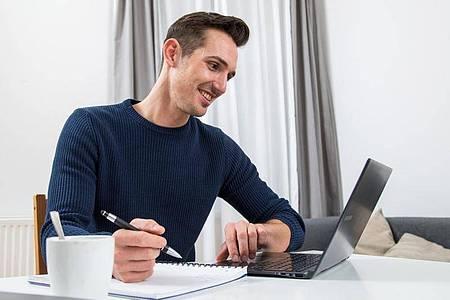 Am besten recherchieren Berufseinsteiger schon vorab im Netz wie branchenübliche Gehälter aussehen. Foto: Christin Klose/dpa-tmn