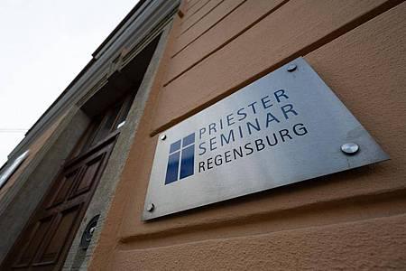 Der Eingang zum Priester Seminar, in dem sich der emeritierte Papst Benedikt aufhalten soll. Foto: Armin Weigel/dpa