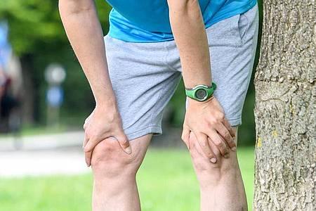 Hände knapp über die Knie: Bei Luftknappheit hilft die Torwartstellung. Foto: Tobias Hase/dpa-tmn
